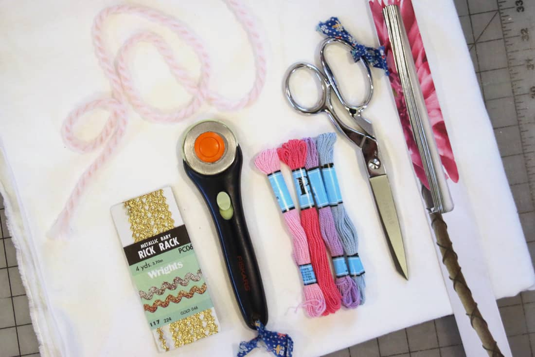 outils de création de la peluche licorne.