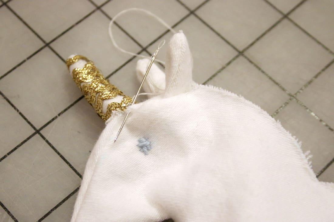 Reliez la corne à la tête de la licorne.