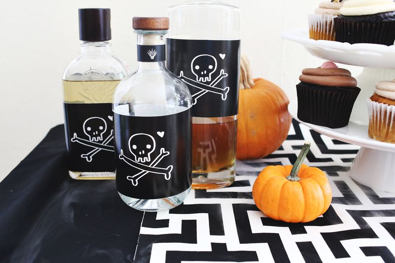 Happy Halloween party table (with free printables!)