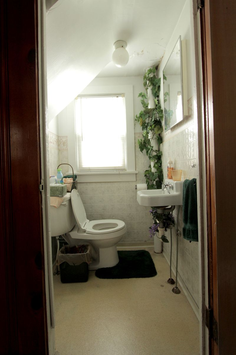 Tiny bathroom BEFORE