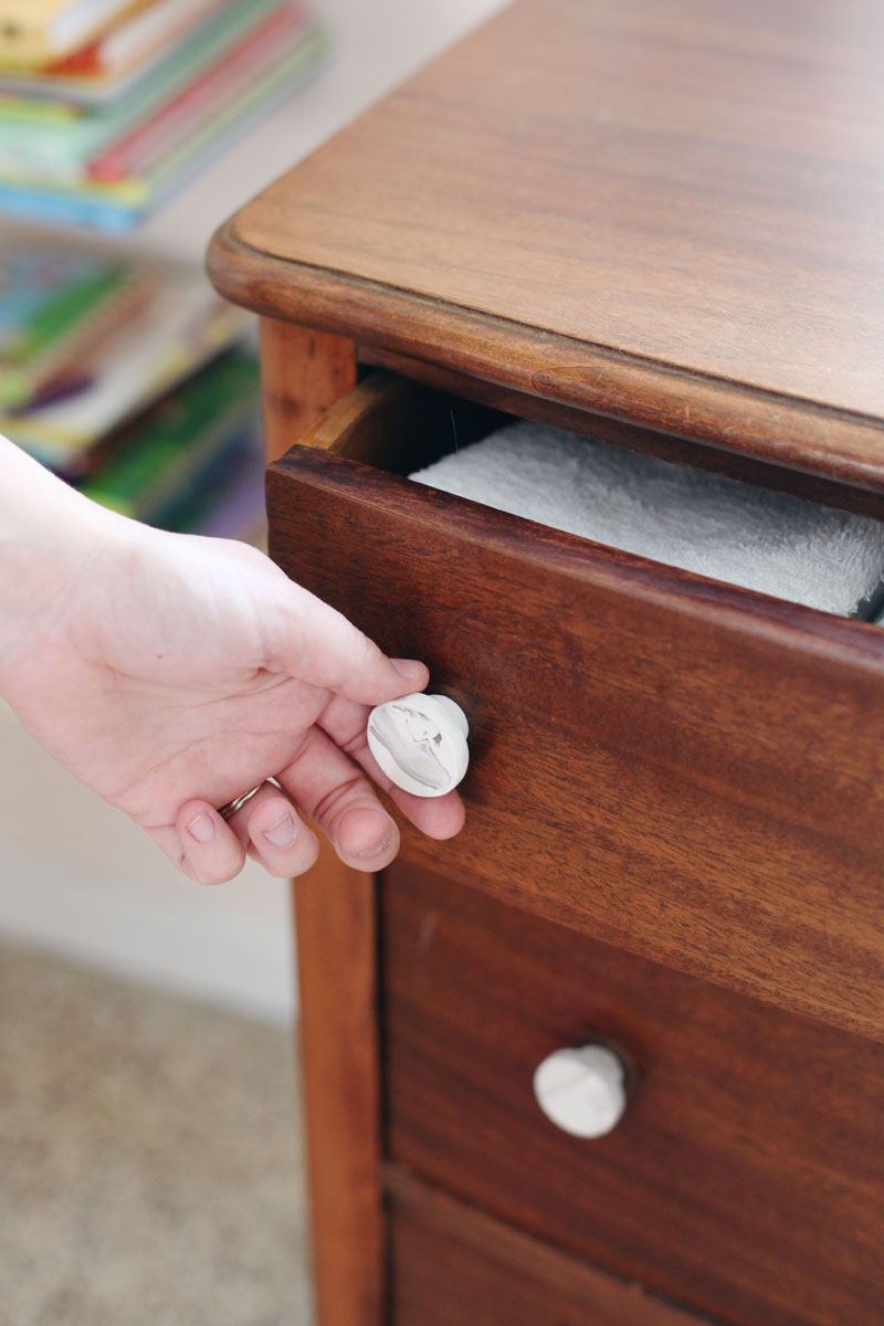 Making your own faux marble drawer pulls is so easy and inexpensive! Click through for instructions.