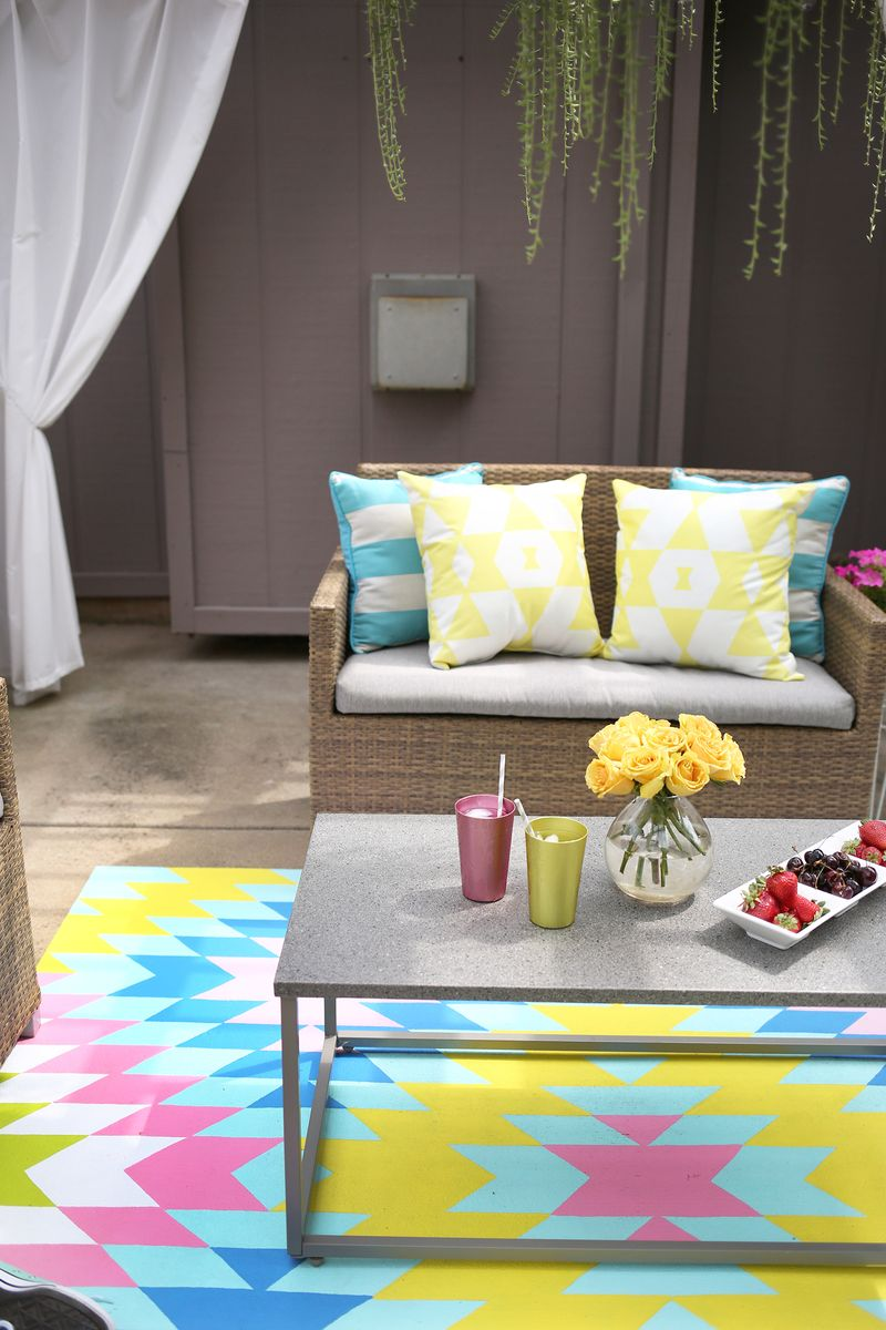 Such a great idea! Outdoor painted rug DIY (click through for tutorial)