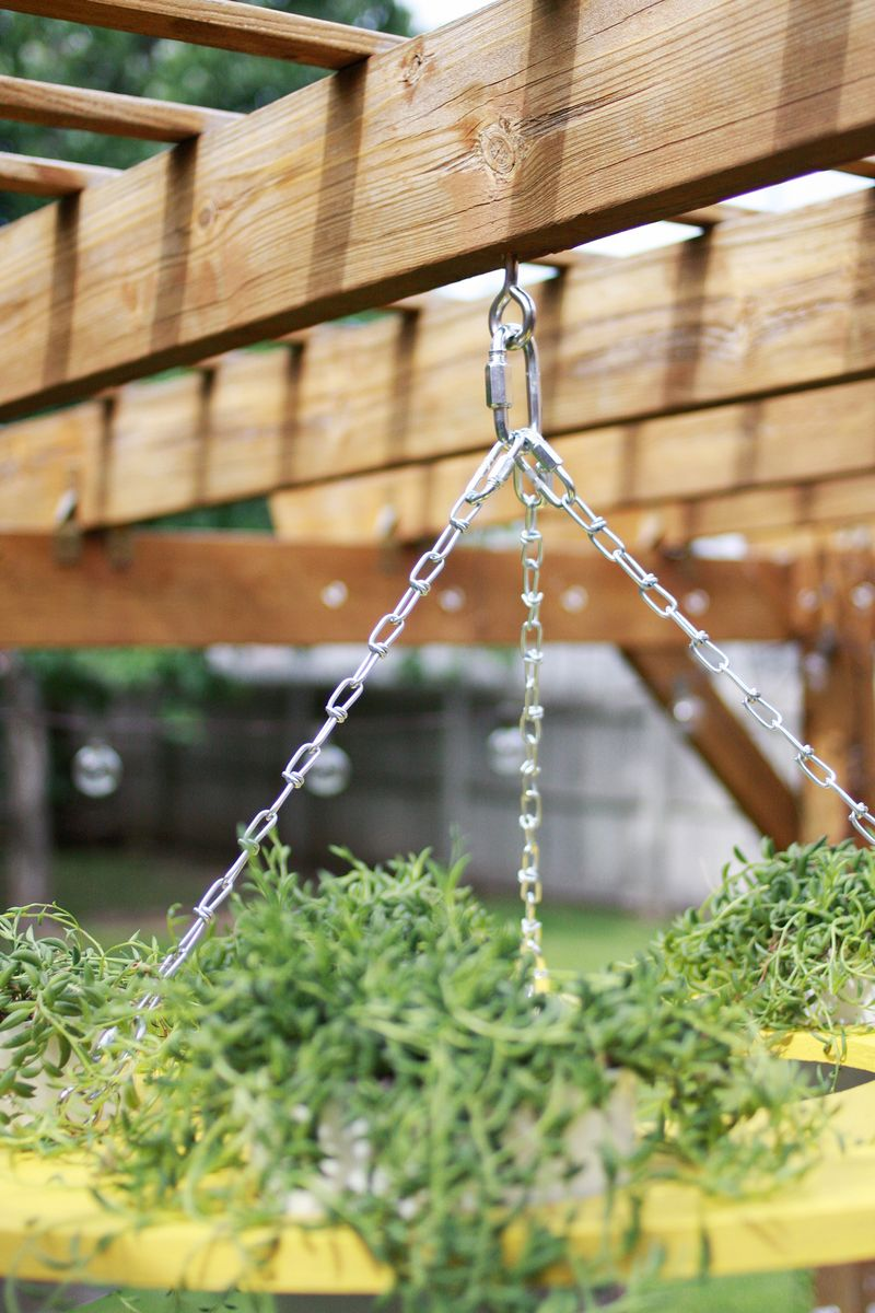 Outdoor Plant Chandelier DIY (click through for instructions)