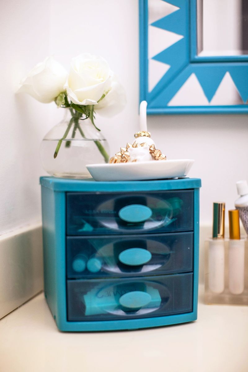 Organize Your Bathroom Vanity Like a Pro! (click through for tips)