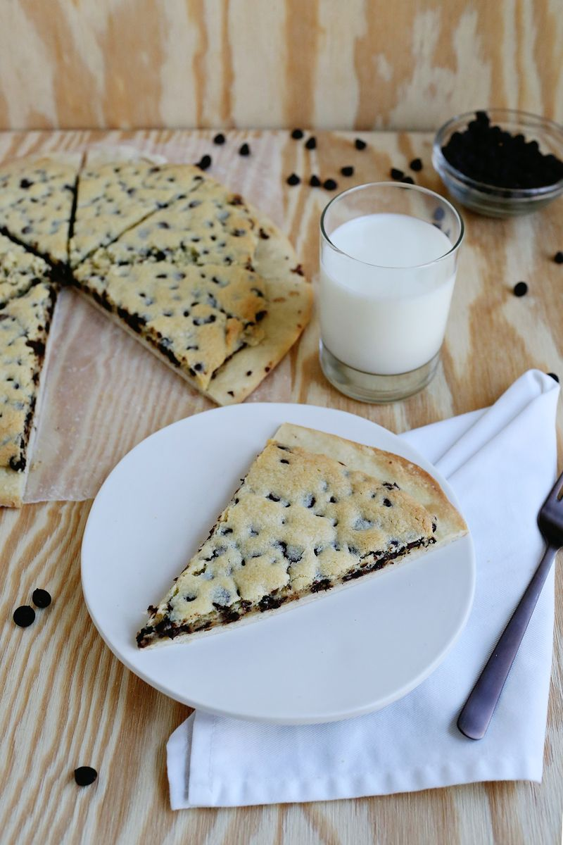 Chocolate Chip Cookie Pizza (via abeautifulmess.com)