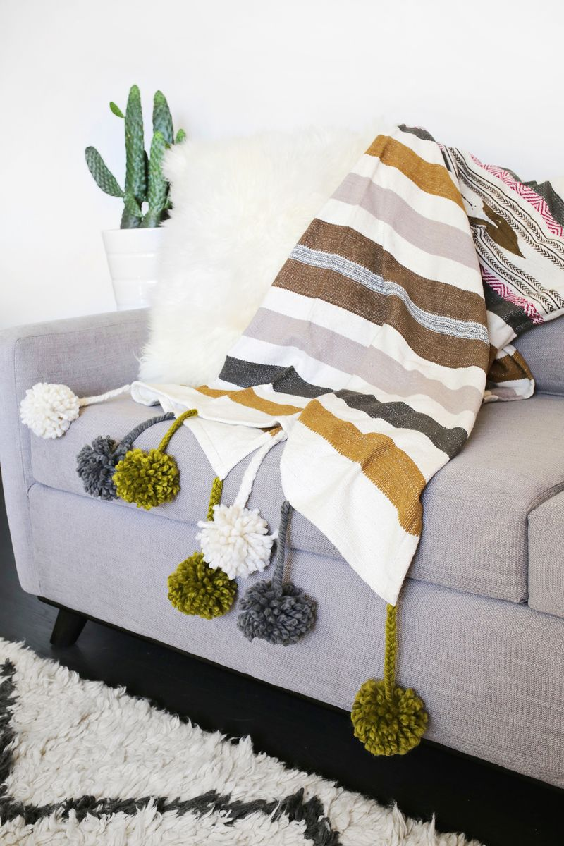 Make your own pom pom blanket! (click through for tutorial)