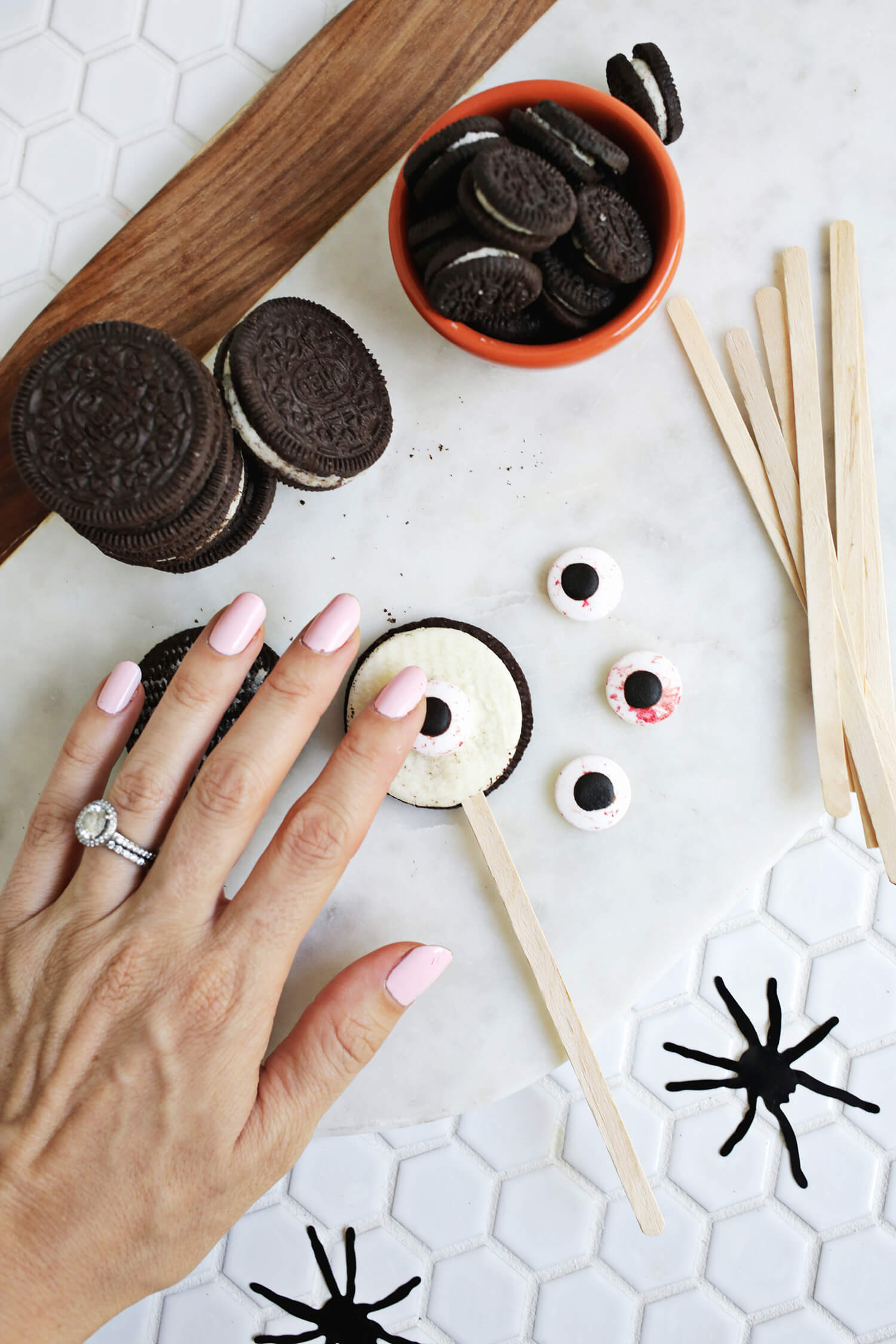 Spooky Eye Cake Toppers (click through for tutorial)
