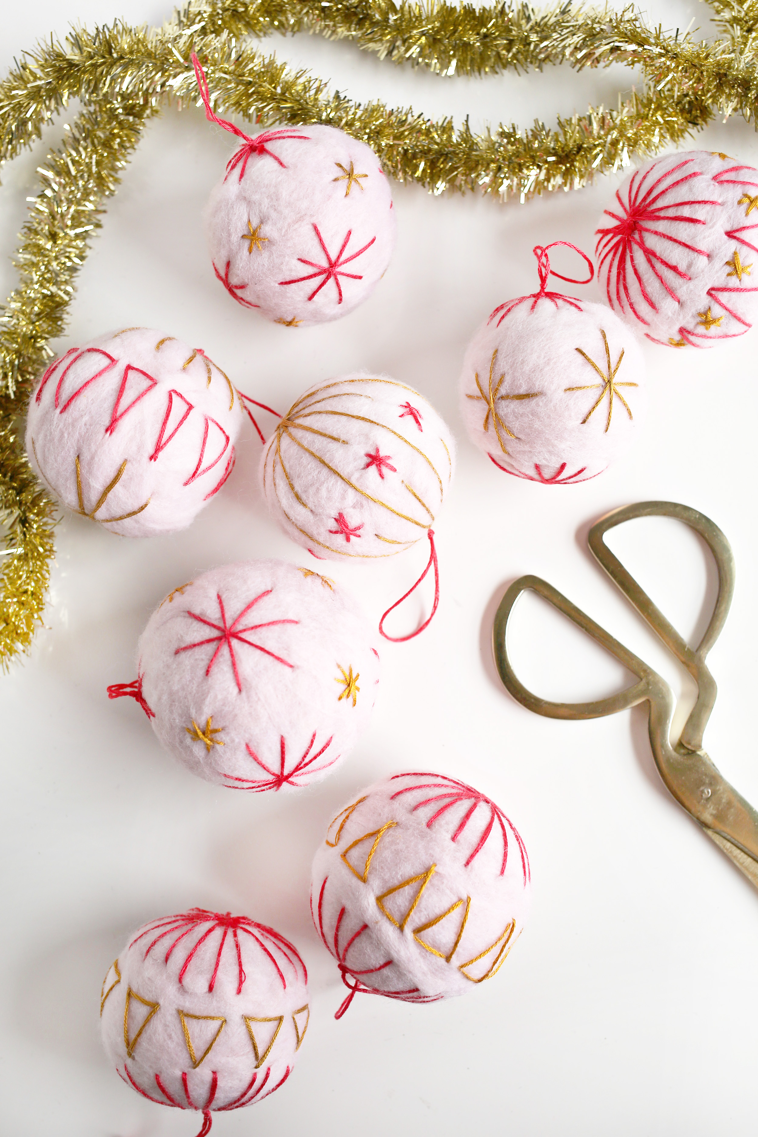 Create special wool ornaments for your Christmas tree this year with this easy tutorial from Spiegeling