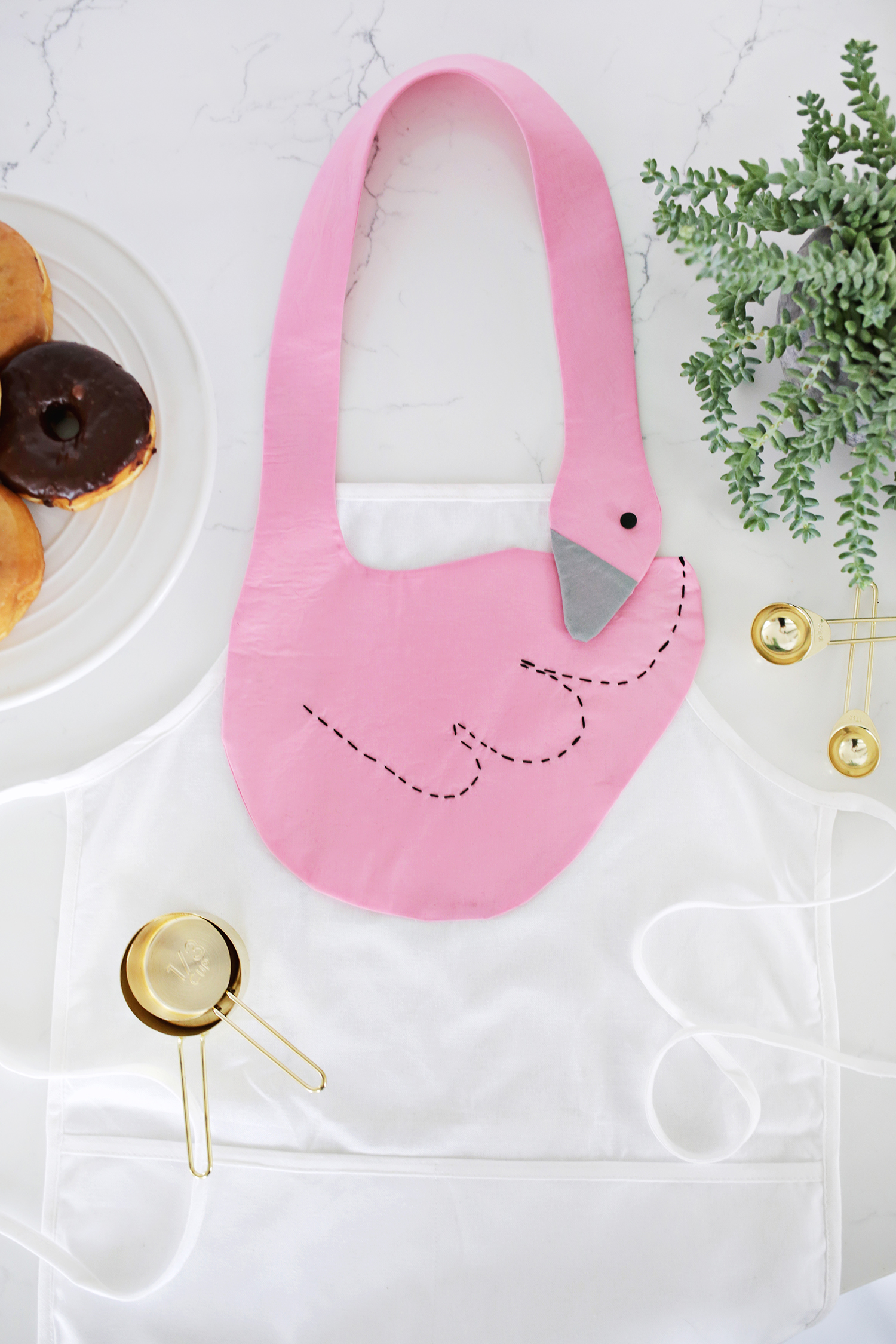 Adorable! Swan Apron DIY (click through for tutorial)