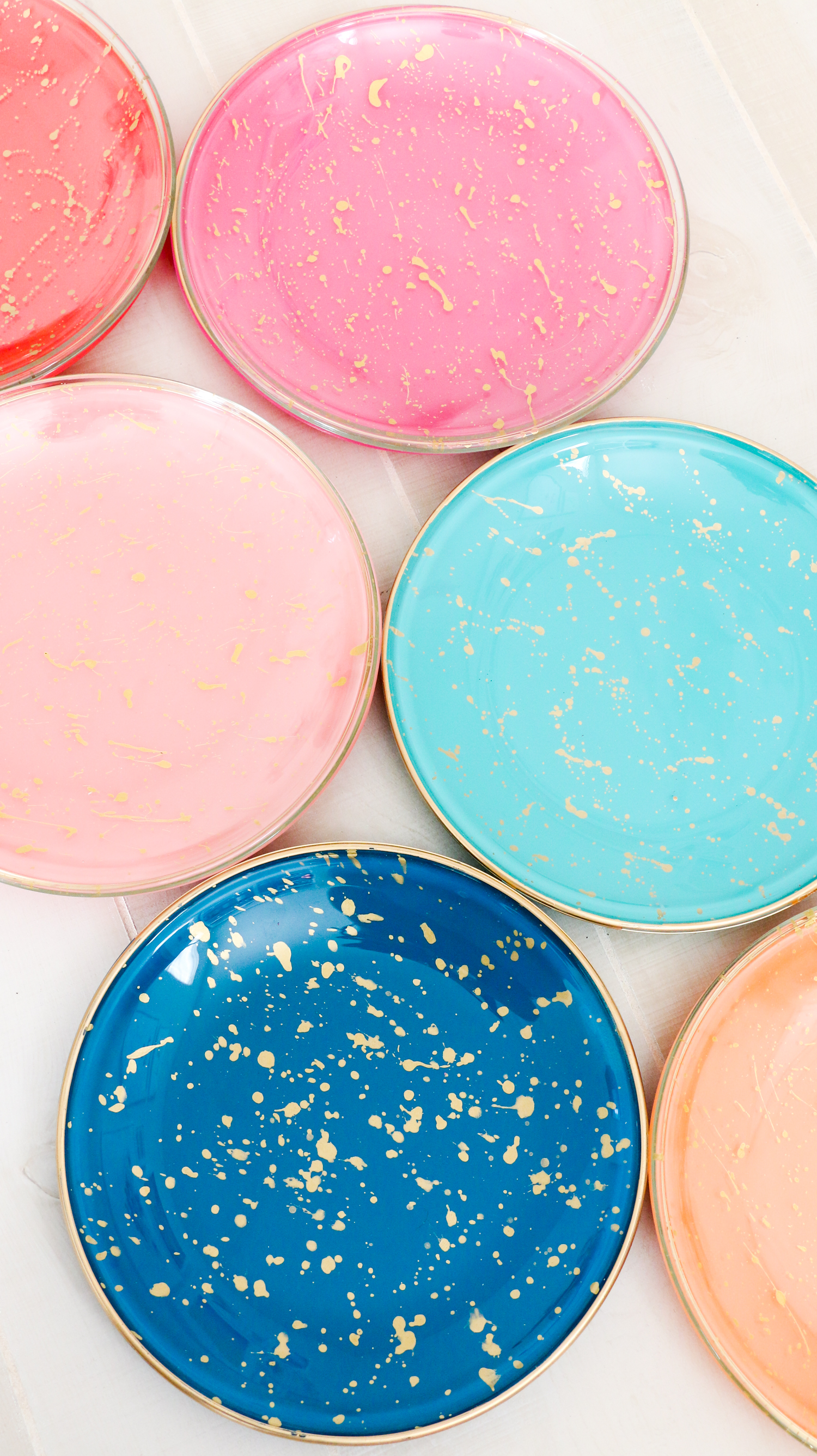 DIY Splatter Painted Plates (Click Through for Tutorial)_