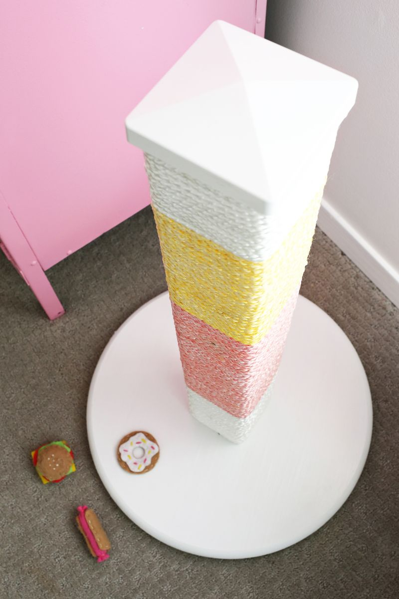 So cute! Color Blocked Scratching Post DIY (click through for tutorial)
