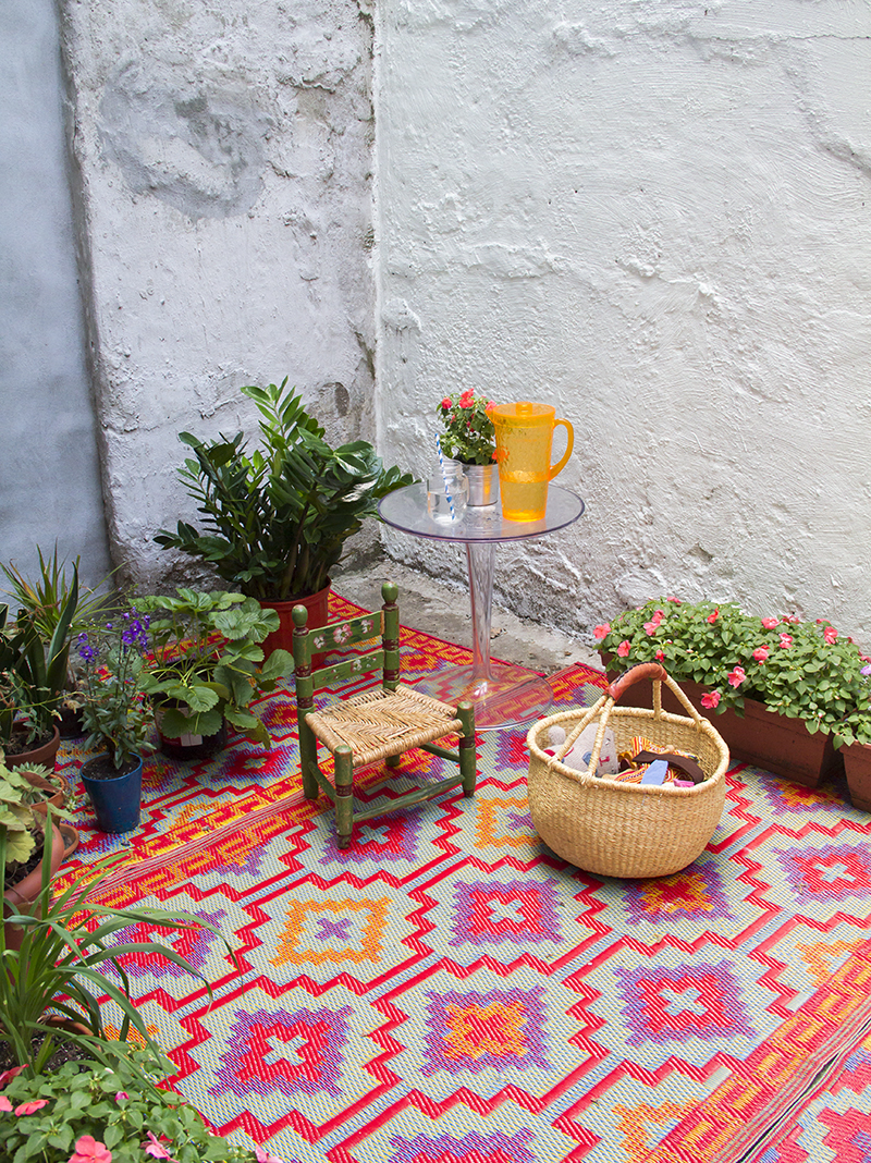 Cute makeover for a small outdoor space! (click through for more)