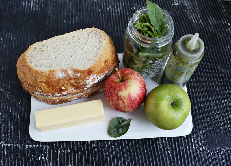 How to make a baked apple and cheese sandwich