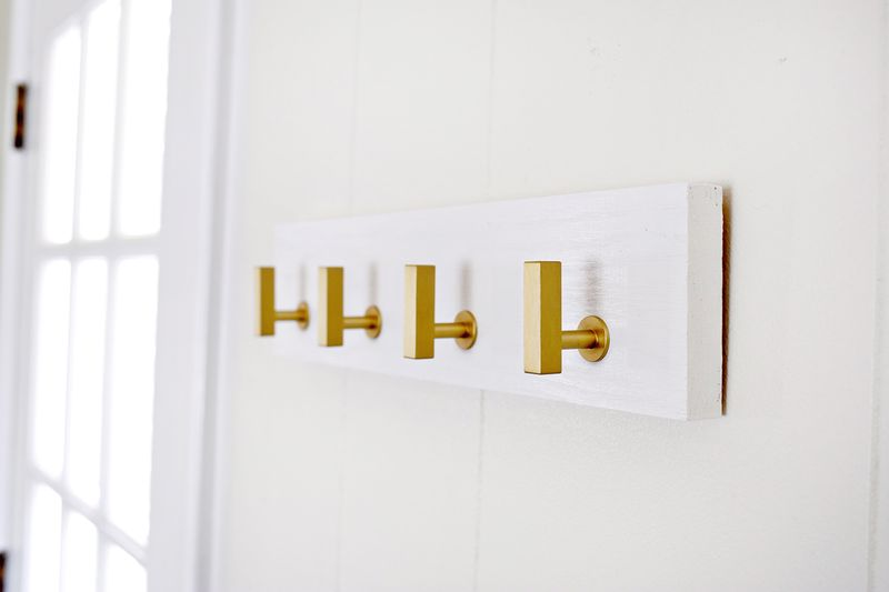 Key rack made from cabinet knobs—great idea! (click through for more
