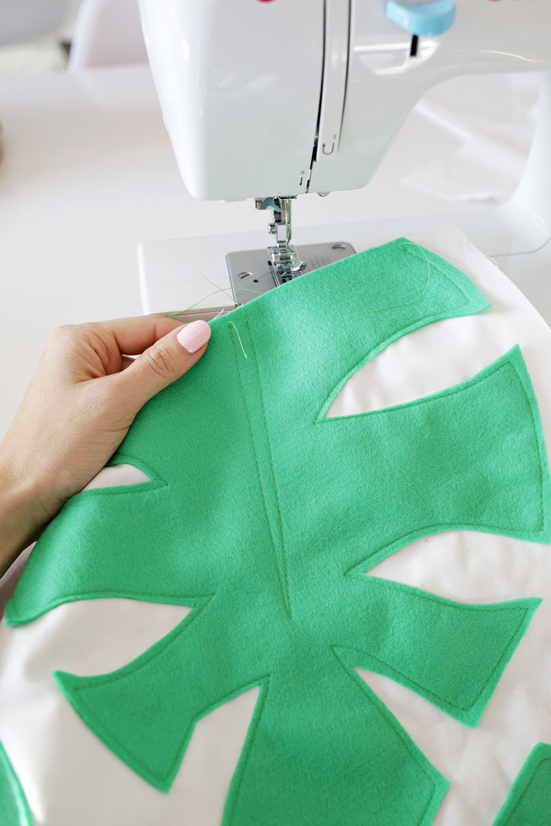 Felt palm leaf pillow DIY (click through for tutorial)