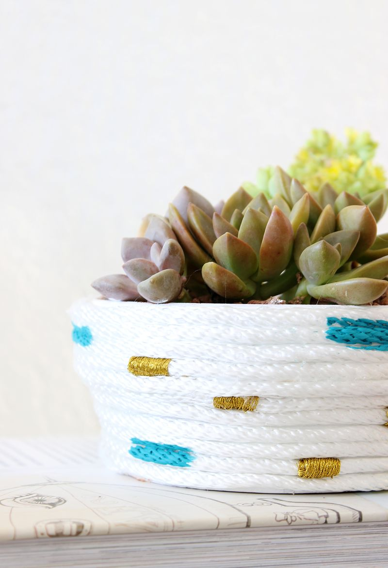 This DIY Rope Planter is so simple and cute! - Click for tutorial!