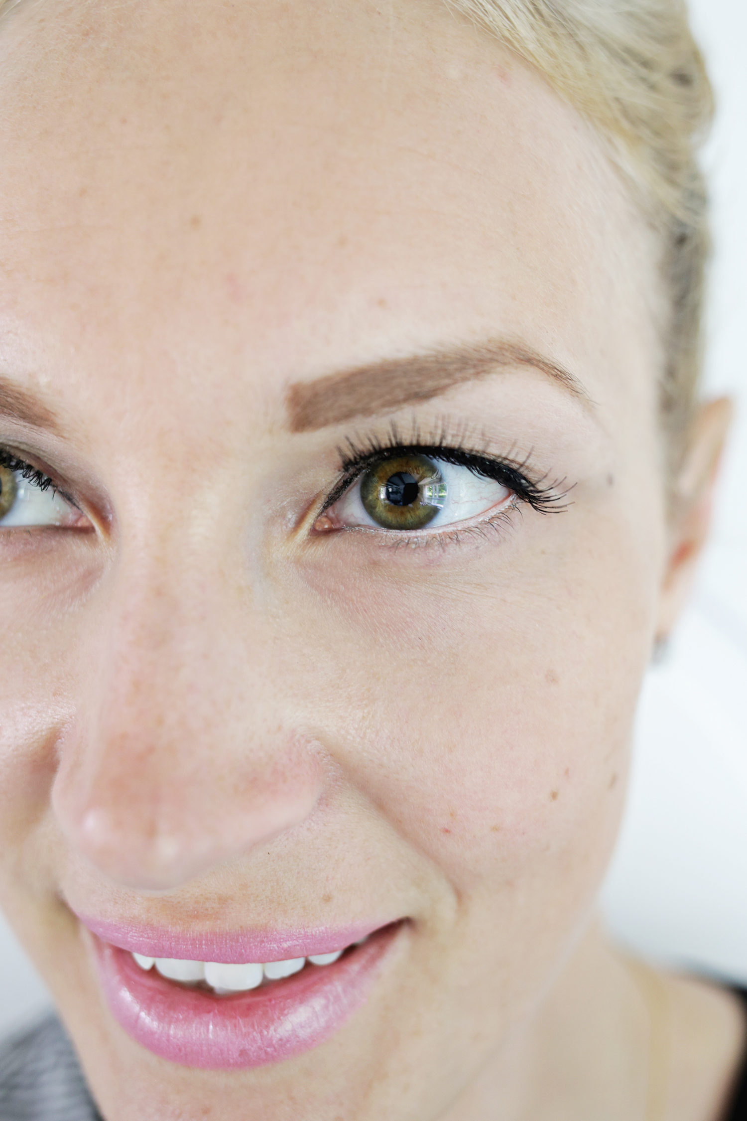 Try This Simple Trick To Make Your Eyes Look Brighter! (click through for details)