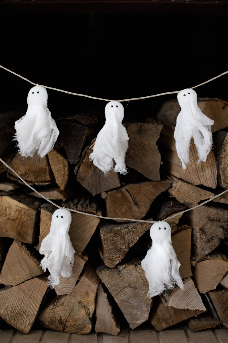 Make this gauzy ghost garland— easy project to do with kids!