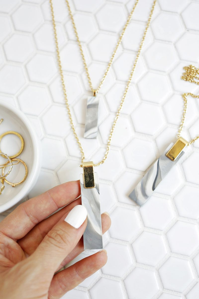 Love this! Marbled Clay Pendent Necklace DIY (click through for tutorial)