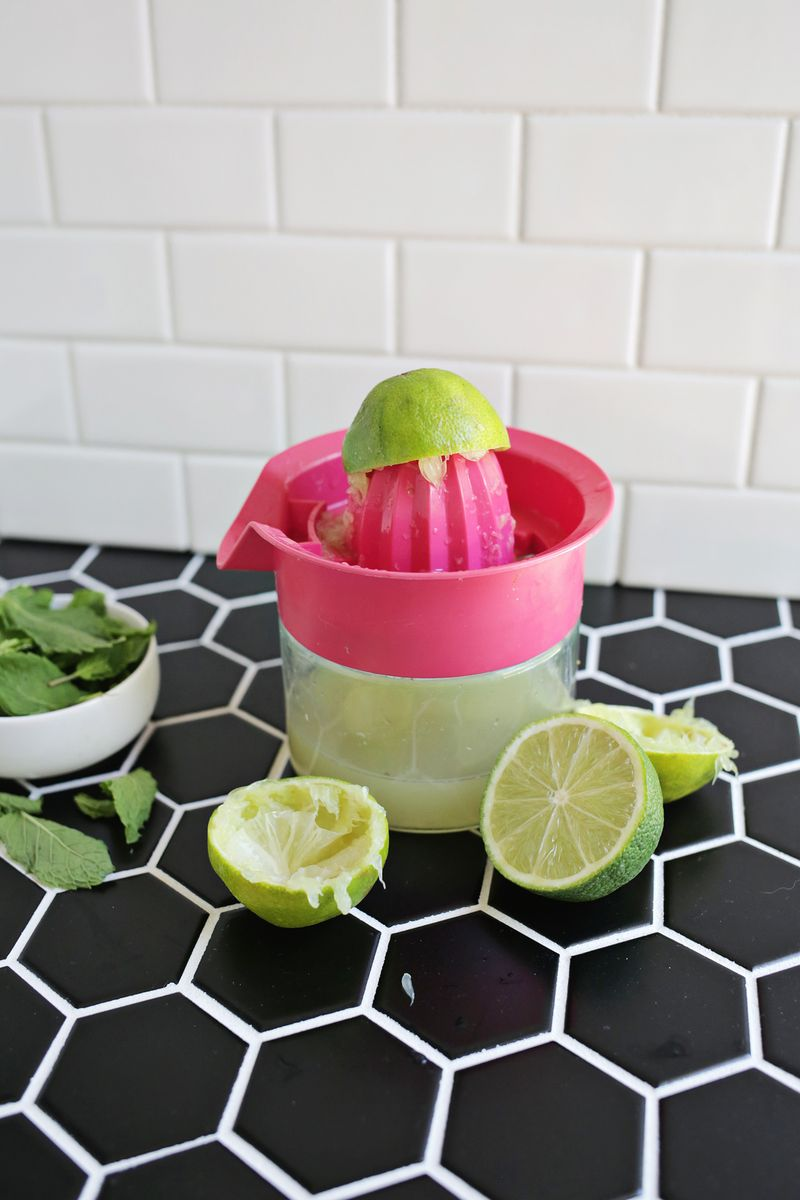 Lime + mint popsicles (no added sugar!) click through for recipe