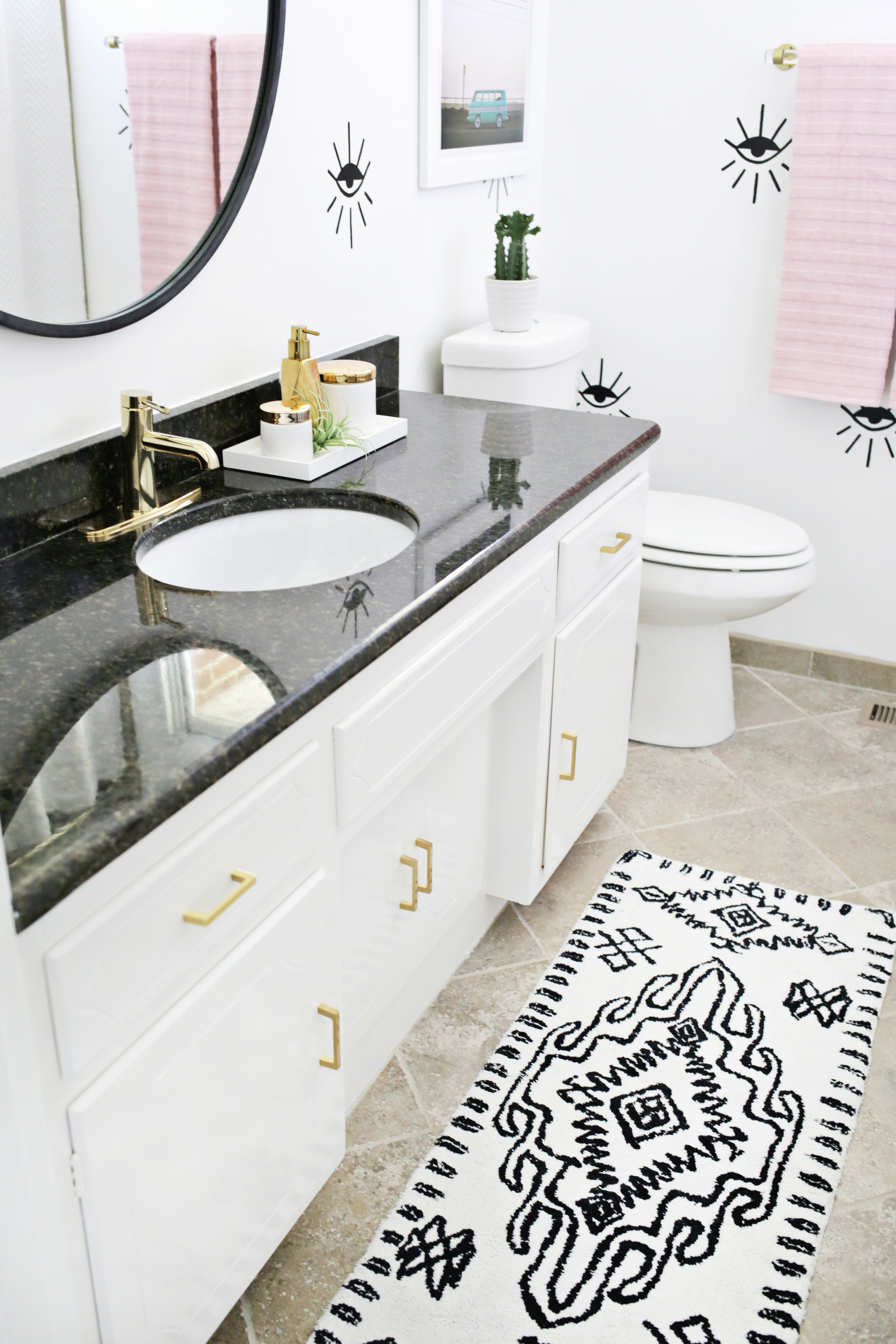 Love this guest bathroom makeover (click through for before + after photos!)