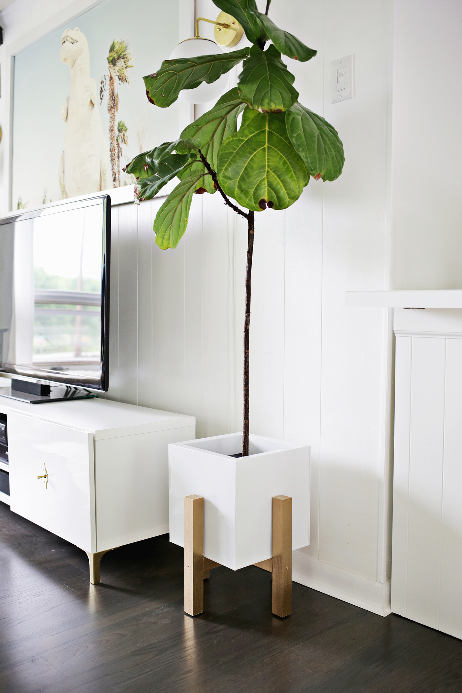 Mid century wooden plant stand DIY (click through for tutorial)