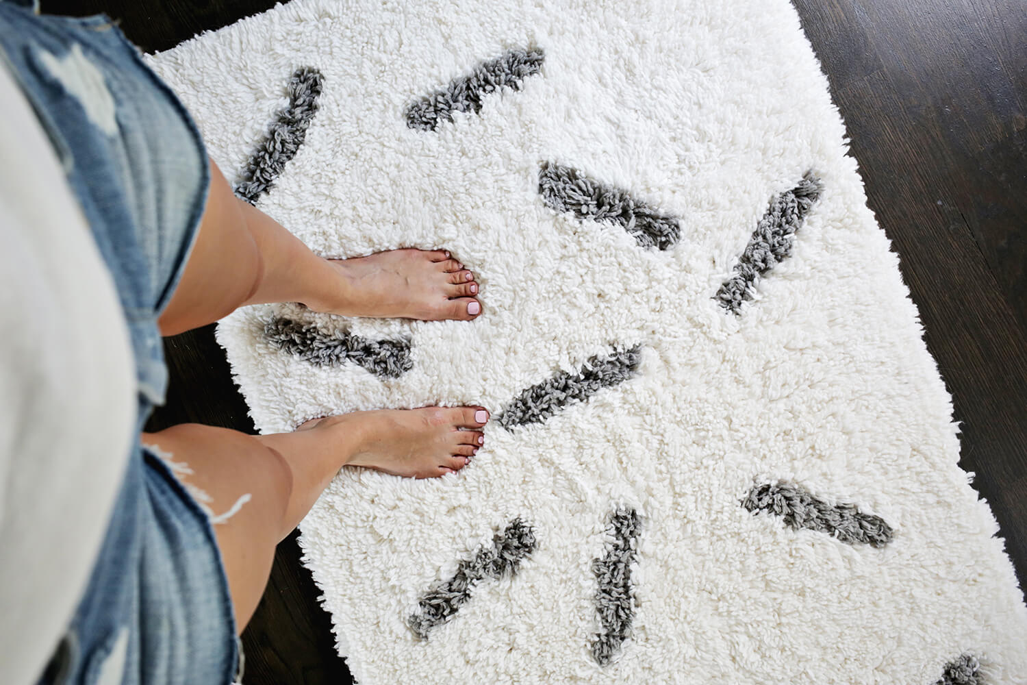 Sprinkle Rug DIY—so cute! (click through for tutorial)