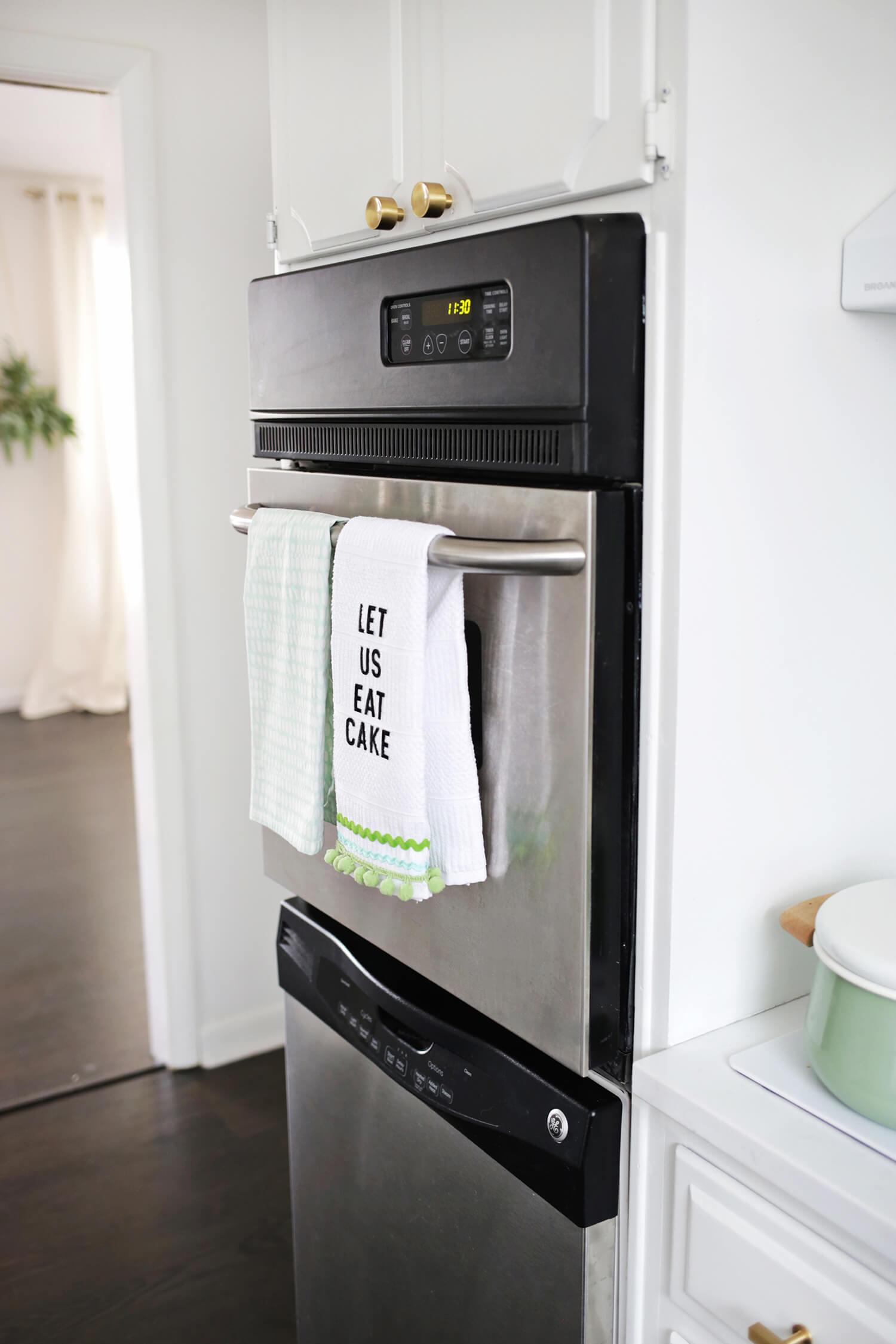 So fun! No-Sew Phrase Kitchen Towel DIY (click through for tutorial)
