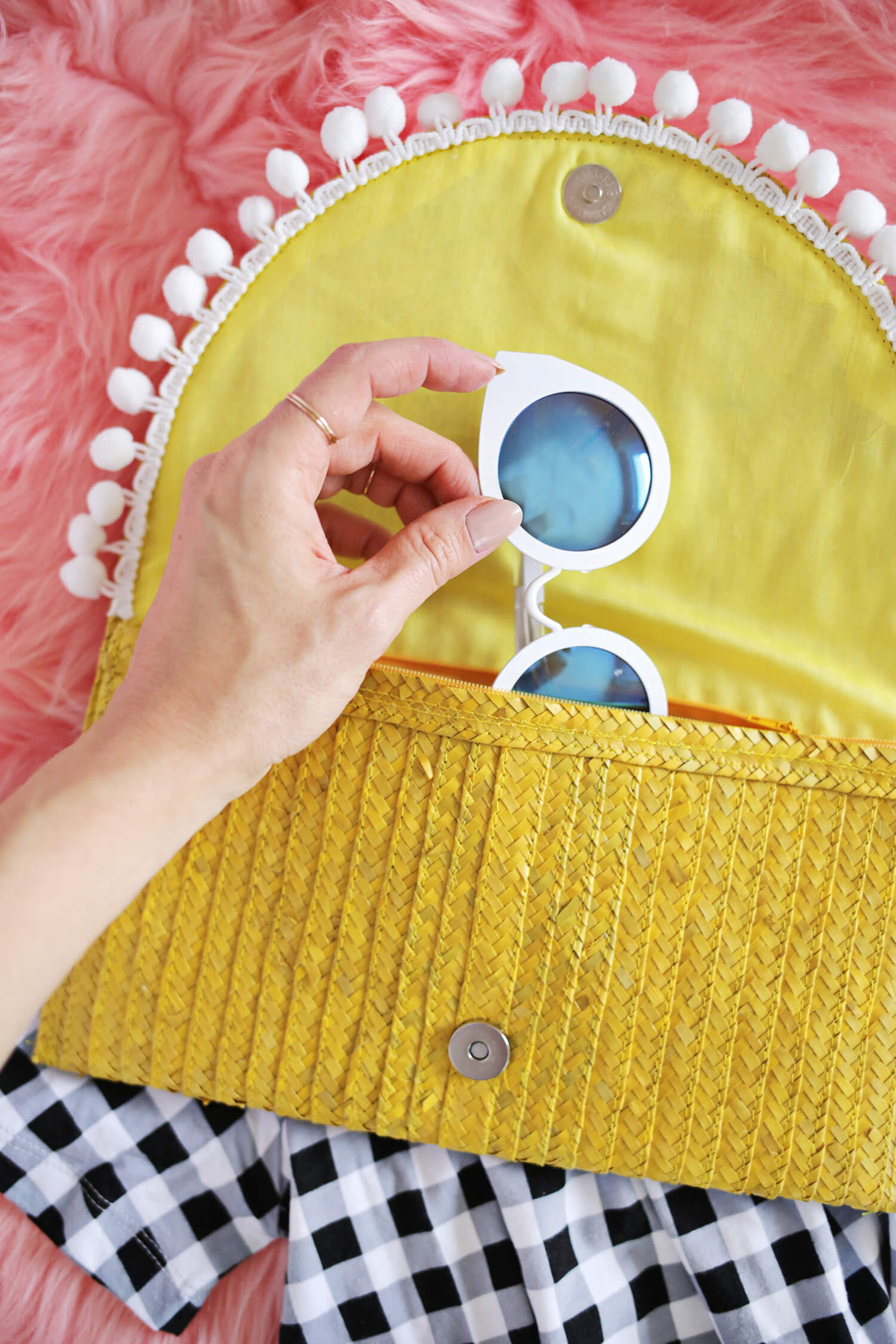 Try This! Turn a Simple Straw Clutch Into The Perfect Vacation Bag! (click through for tutorial)
