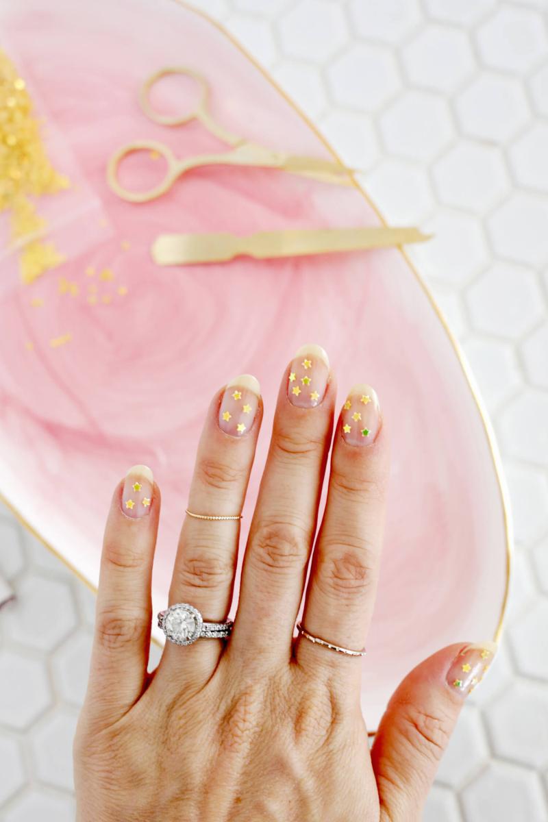 So pretty! Gold star manicure DIY (click through for more!)