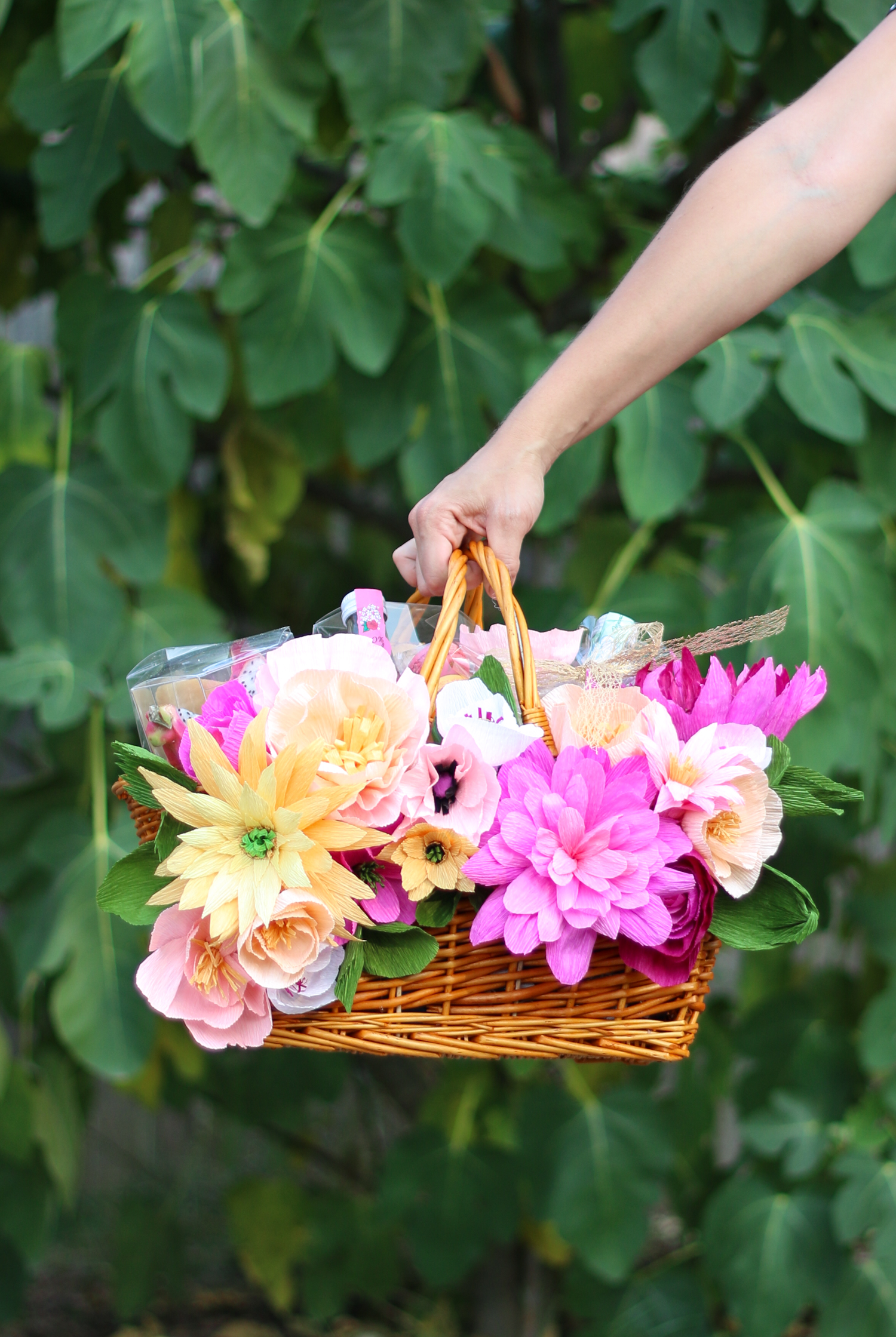 Make your own floral picnic basket (click through for tutorial)-1